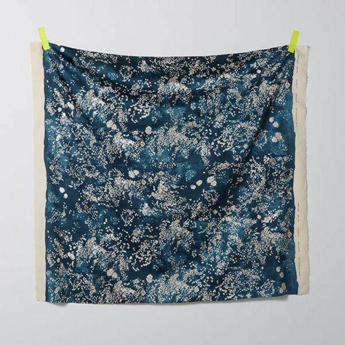 Tissu coton fleuris fond pétrole